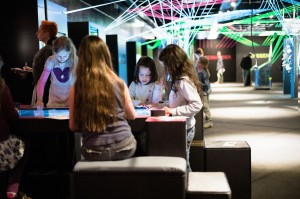 Children playing at the CrossWorlds Tabletop.  © Ilja Hendel/Wissenschaft im Dialog